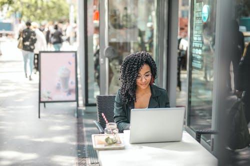 Czy kobiecie jest trudniej w sferze biznesowej?